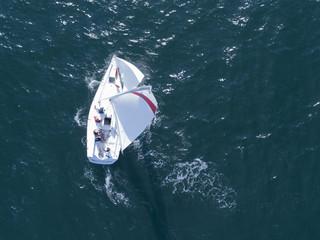 風を受け大海原を走る一隻のヨット