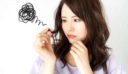 枝毛を気にする女性