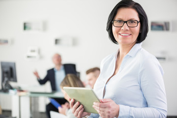 Ältere Geschäftsfrau mit Erfahrung und Kompetenz