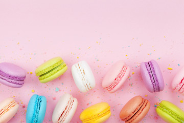 Foto auf Leinwand Macarons Macaron or macaroon on pink pastel background top view. Flat lay composition.