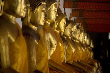Reihe mit goldenen Buddha Statuen in Tempel, Thailand