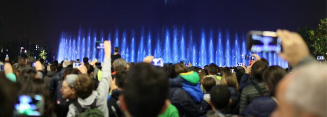 Ragazzi scattano foto al concerto
