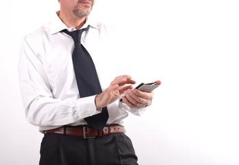 Uomo lavora con smartphone
