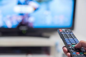 テレビを操作するリモコン