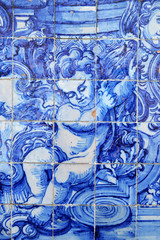 Imagen de un angelote. Escena religiosas en azulejos portugueses azules y blancos. Capela das Almas en Oporto, Portugal