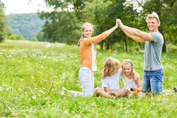 Familie und Kinder freuen sich auf ein Haus