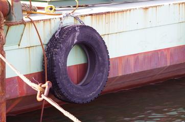 船のクッションの古タイヤ