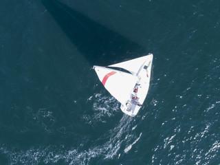 風を受け、大きく旋回するヨット