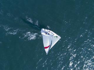 海を走るヨットを真上から見た風景