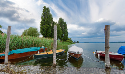 Wall Mural - Auszeit, Entspannung,  Glück, Freude, Meditation, Naturschutzgebiet und bunte Boote: Ruhe am See :)