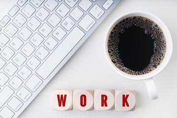 Würfel mit Wort WORK am Arbeitsplatz
