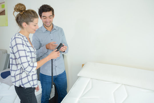 woman looking to buy adjustable bed