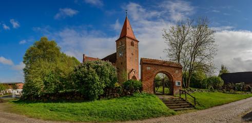 Die historische Dorfkirche von Gielow liegt auf einem Hügel am Naturparkweg E9a, daneben wurde ein Kräutergarten angelegt - Panorama aus 6 Einzelbildern