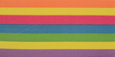 Taco de posit o notas de diferentes colores sobre fondo blanco, detalle