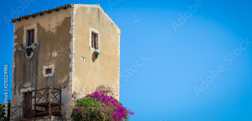 Fototapete Sicily, Italy. Old house with purple flowers in Syracuse.