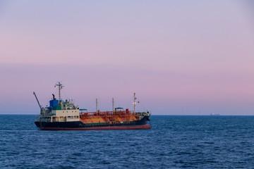 (千葉県ー港の風景)ピンクの空の下に浮かぶ貨物船