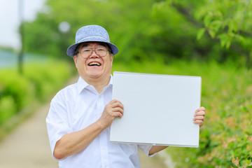 スケッチブックを持つ高齢男性