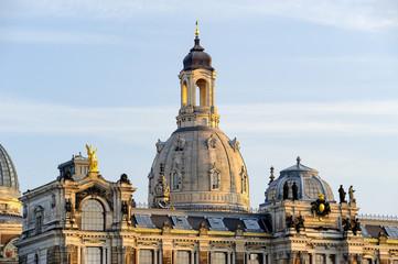 Kunstakademie und Turm der Frauenkirche, Brühlsche Terrasse am Elbufer, Dresden, Sachsen, Deutschland, Europa