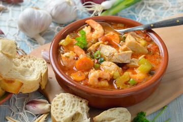 Mediterrane Fischsuppe mit frischem Weißbrot serviert – Mediterranean bouillabaisse ( French fish soup ) served with fresh white bread
