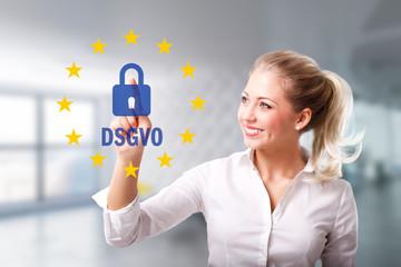 Geschäftsfrau wählt DSGVO per Touchscreen vor Bürohintergrund