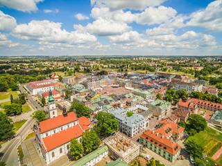 Zamość - stare miasto z lotu ptaka. Krajobraz miasta z widocznym rynkiem i ratuszem.