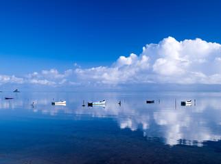 穏やかな海とボート