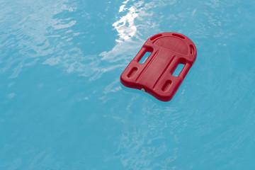 Schwimmhilfe im Wasser - Rotes Schwimmbrett