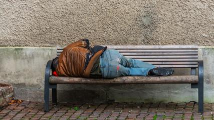 Impressionen aus Salzburg - Sandler auf Parkbank