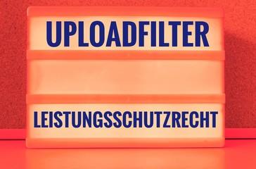 Leuchttafel mit Uploadfilter Artikel 13 Leistungsschutzrecht auf englisch Upload filter Article 13 ancillary copyright
