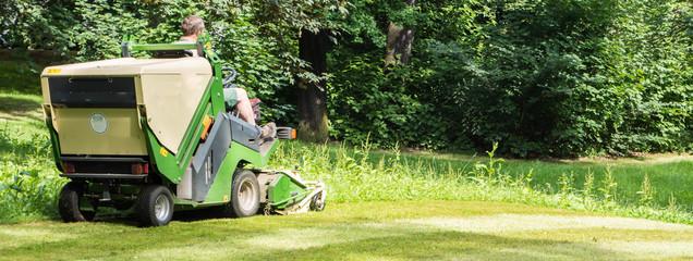 Grünpflege in einer Parkanlage