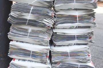 aufgestapelte Tageszeitungen, Hintergrund, Textur