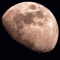 Mond im Weltall am Nachthimmel halbvoll und Vollmond