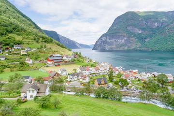 Fjord und Ortschaft in Norwegen