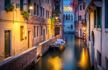 Papiers peints Venise Narrow canal in Venice in the evening