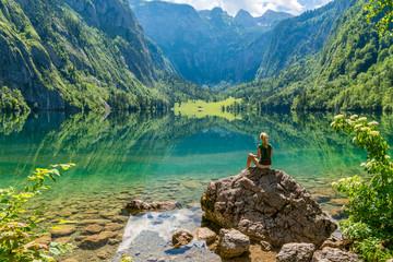 Frau macht Yoga am Obersee beim Königssee