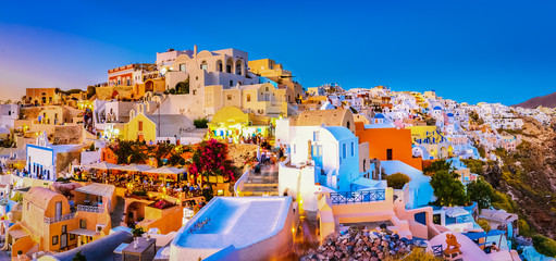 Foto op Textielframe Santorini Panoramic view of Oia town, Santorini island, Greece at sunset. Traditional and famous white houses and churches with blue domes over the Caldera, Aegean sea.