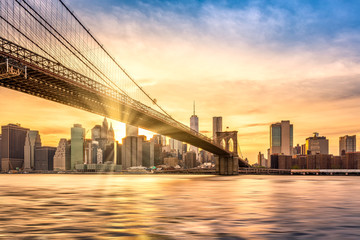 Fototapete - Sunset over Brooklyn Bridge in New York City