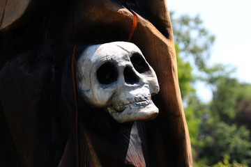 Ein geschnitzer Totenkopf
