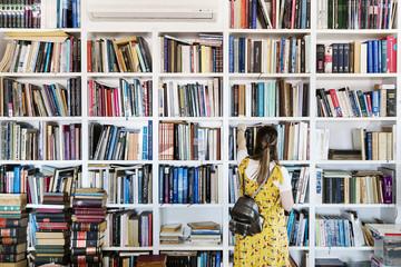 kütüphanede kitap seçen bayan