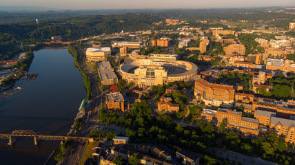 In de dag Stadion University of Tennessee campus aerial view with river and stadium