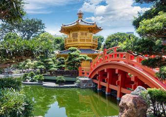 Rote Brücke zum Tempel der Absoluten Perfektion in den Nan Lian Gärten in Hong Kong