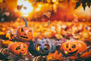 Halloween im Laub Kürbisse mit Kerzen