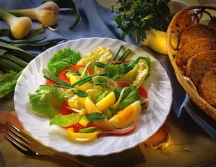 салат из овощей на белой тарелке vegetable salad on a white plate