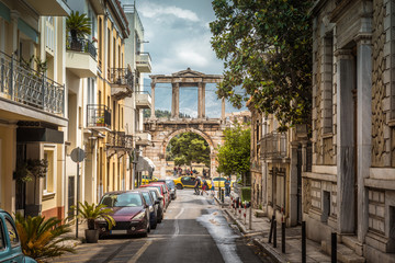 Fototapete - Street in Athens overlooking the Arch of Hadrian