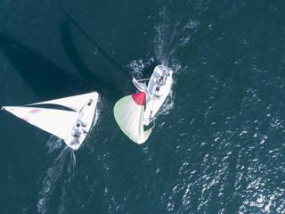 海を走行中の2隻のヨットのすれ違い際
