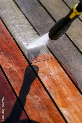 Nettoyage Terrasse Bois Haute Pression Stock Photo And Royalty Free