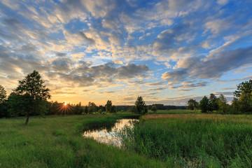 Stimmungsvoller Sonnenuntergang in den Masuren, Polen, am Fluss Krutynia