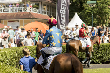 jockey auf seinem Pferd beim warmlaufen auf der Rennbahn Iffezheim