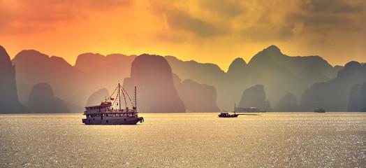 Halong bay boats,Sunset at Ha Long Bay scenic view , Hanoi, Vietnam , Southeast Asia Fototapete