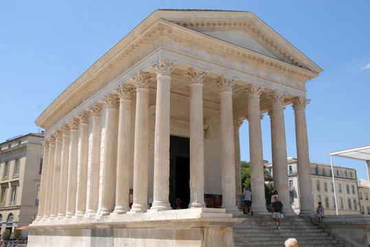 Maison Carrée avec ses colonnes, Ville de Nîmes, département du Gard, France